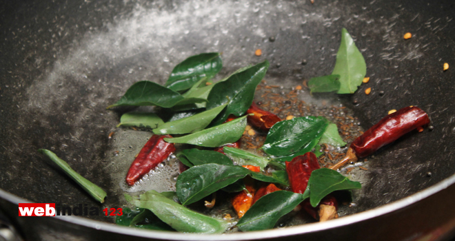 dry red chillies and curry leaves