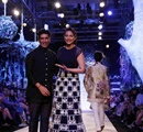 Bollywood+actor+Sonakshi+Sinha+displays+the+creation+of+fashion+designer+Manish+Malhotra+%28L%29+during+the+Lakme+Fashion+Week+%28LFW%29+Summer%2F+Resort+2014+in+Mumbai%2C+India+on+March+11%2C+2014