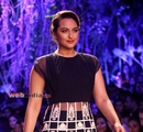 Bollywood+actor+Sonakshi+Sinha+displays+the+creation+of+fashion+designer+Manish+Malhotra+during+the+Lakme+Fashion+Week+%28LFW%29+Summer%2F+Resort+2014+in+Mumbai%2C+India+on+March+11%2C+201