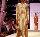 A+model+displays+the+creation+of+fashion+designer+Manish+Malhotra+during+the+Lakme+Fashion+Week+%28LFW%29+Summer%2F+Resort+2014+in+Mumbai%2C+India+on+March+11%2C+2014%2E
