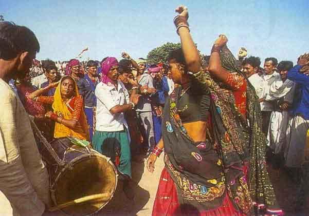 Festivals Of Gujarat Navaratri Dewali Kite Holi Webindia123 Com