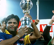 Arjuna Ranatunga lifts world cup for Sri Lanka